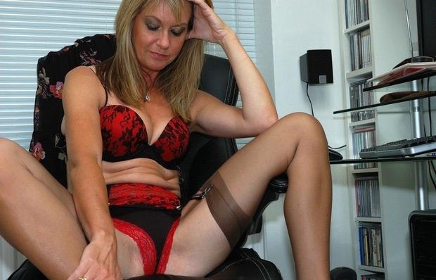 blonde porte-jarretelles jambes écartées